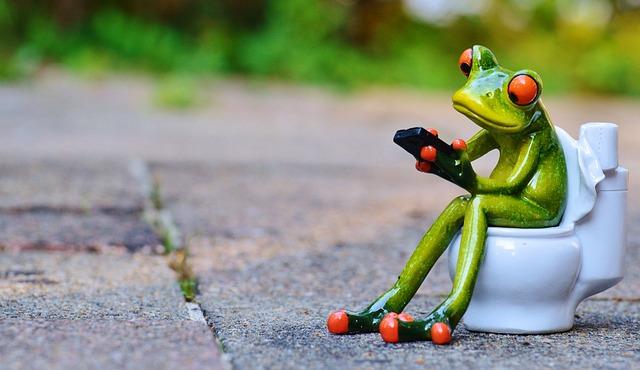 トイレで立ち小便をしている男たちよ、まずは座って落ち着こうぜ!