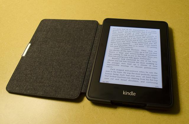 電子書籍と紙書籍…あなたならどちらを選びますか?